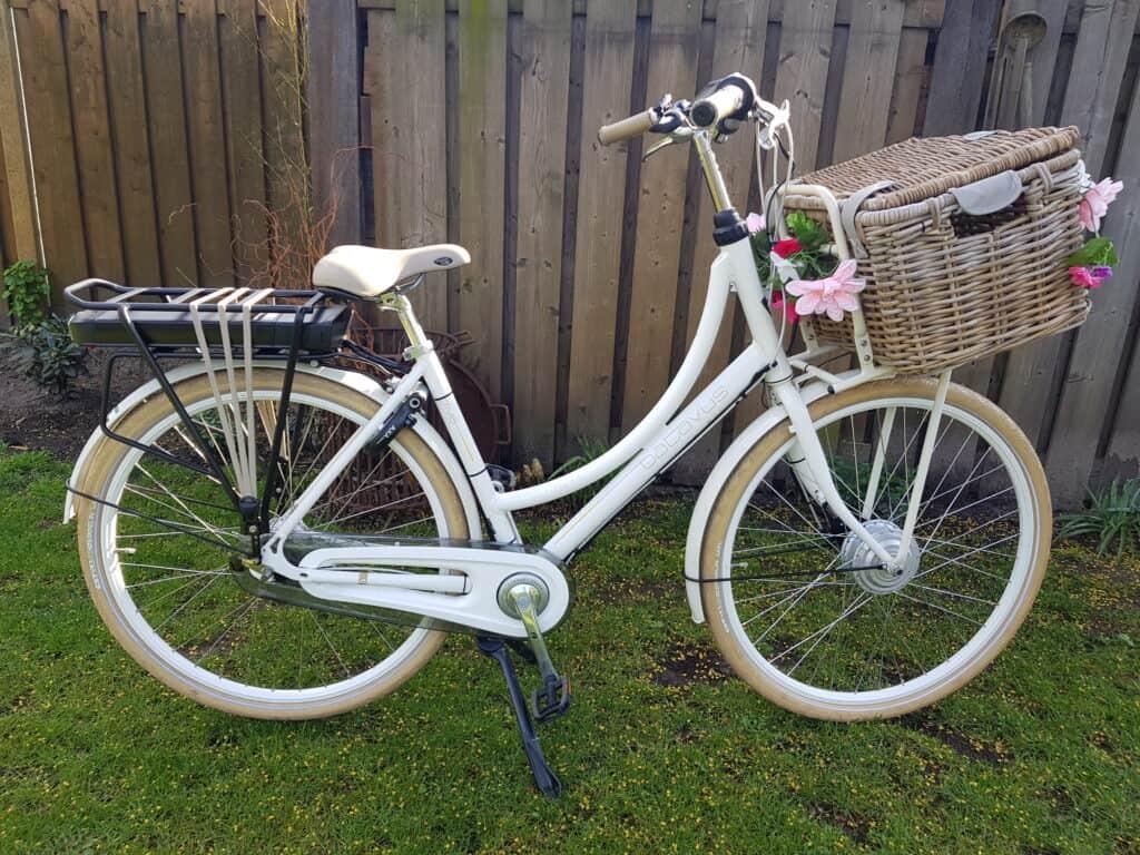 Gewone fiets die door Lucas fietsen is omgebouwd tot e-bike